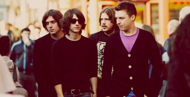 Arctic Monkeys presentan el videoclip del b-side You And I con la participación de Richard Hawley