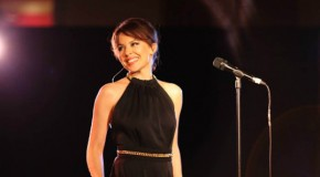 Kylie Minogue conmemora sus 25 años de carrera. Versión en directo de Finer Feelings