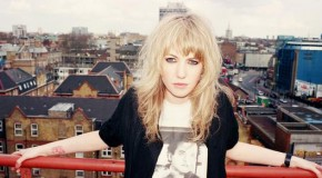 Ladyhawke estrena su nuevo single, Black, White & Blue + making of del videoclip