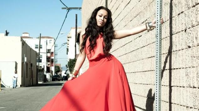 Rebecca Ferguson rueda el videoclip de Too Good To Lose en las playas de California
