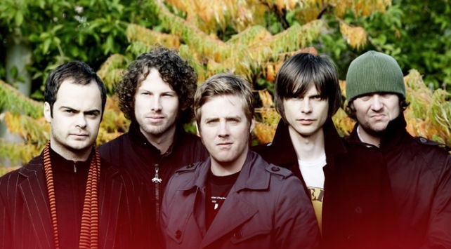 Kaiser Chiefs recopilan sus singles en Souvenir, incluyendo el inédito Listen To Your Head