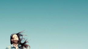 Alanis Morissette pone en imágenes su último single, Guardian