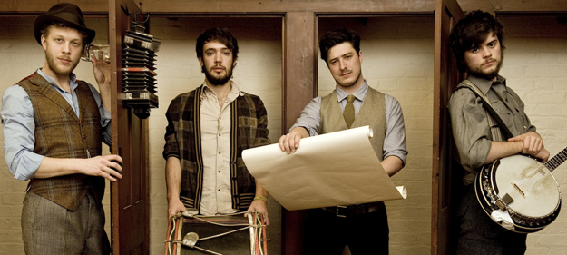Imágenes pre-concierto de Mumford & sons: video para Whispers In The Dark