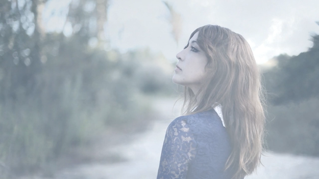 Anni B Sweet, luces y sombras para At Home, su nuevo single