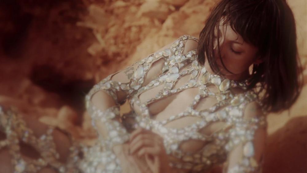 Otra exquisitez de Najwa Nimri con el videoclip Somos su nuevo invitado