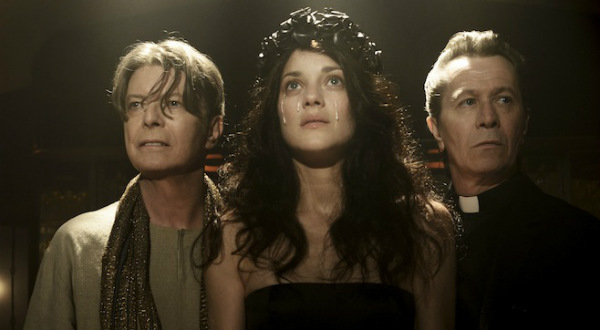 Gary Oldman y Marion Cotillard asisten a David Bowie en el video de The Next Day