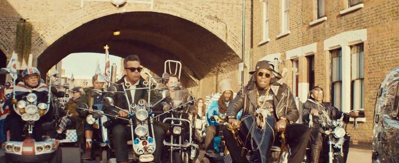 Dizzee Rascal y Robbie Williams, pasacalles motero en Goin' Crazy