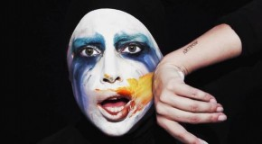 Applause de Lady Gaga remezclada por Empire Of The Sun, Purity Ring y DJ White Shadow