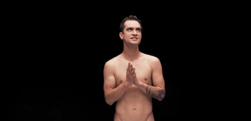 Brendon Urie de Panic! At The Disco se desnuda en Girls/Girls/Boys