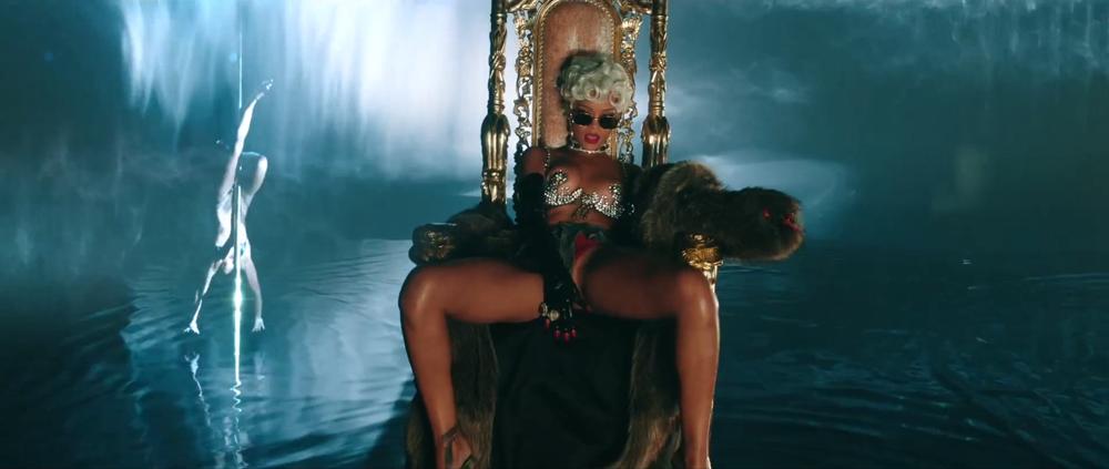 Rihanna, dinero, sexo y poder en el video de Pour It Up