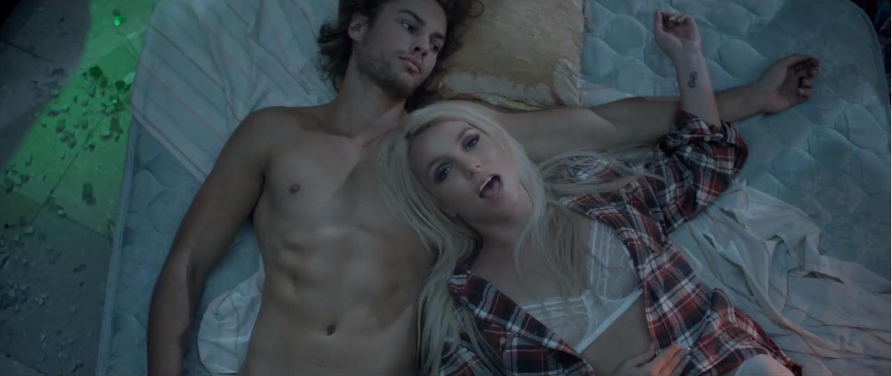 Britney Spears sufre en el video de Perfume dirigido por Joshep Kahn