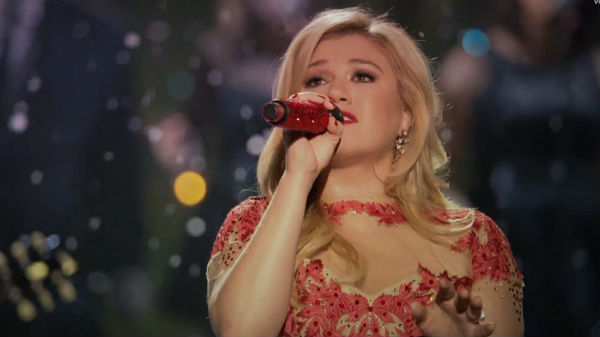 Kelly Clarkson opaca a Mariah Carey por Navidad. Escucha Underneath The Tree