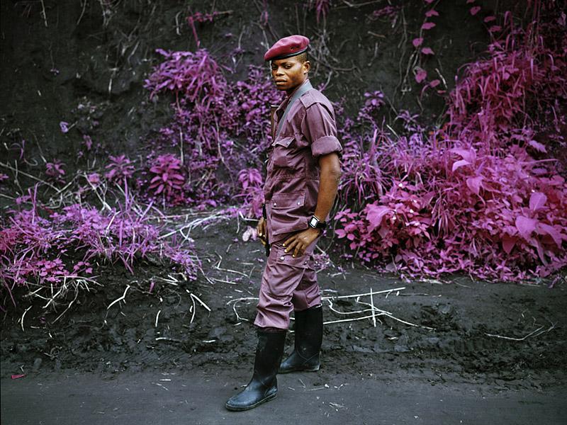 richard-mosse-pelicula-infrarroja-fotografía-guerra-documental-9
