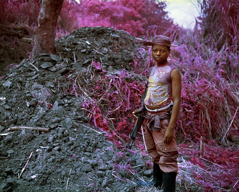 richard-mosse-pelicula-infrarroja-fotografía-guerra-documental-10