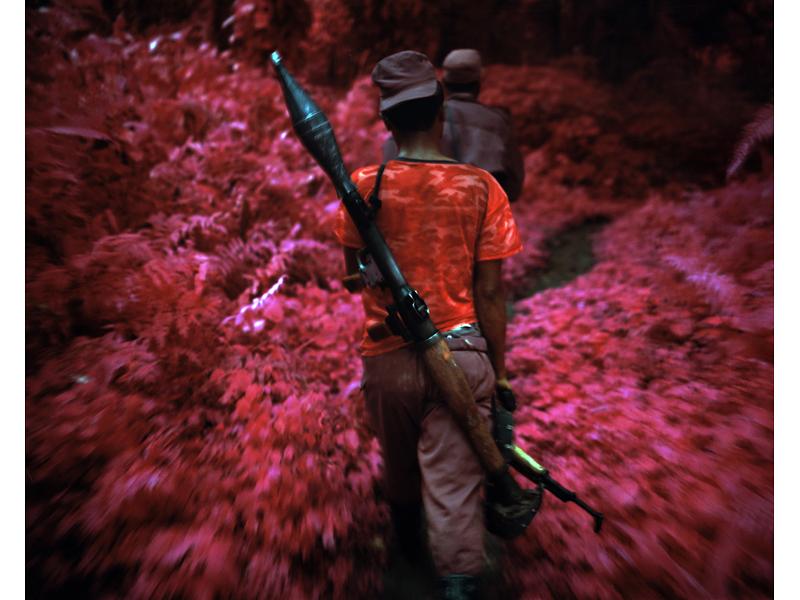 richard-mosse-pelicula-infrarroja-fotografía-guerra-documental-16