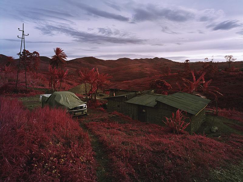 richard-mosse-pelicula-infrarroja-fotografía-guerra-documental-19