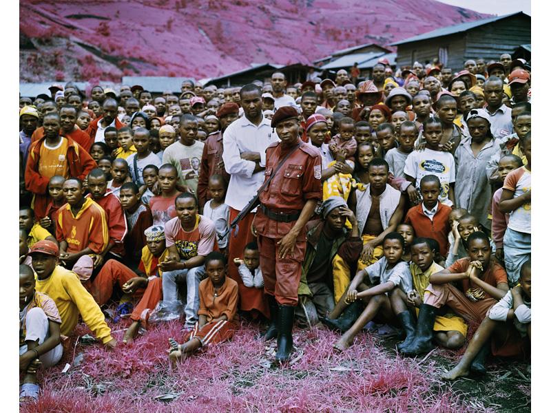 richard-mosse-pelicula-infrarroja-fotografía-guerra-documental-21
