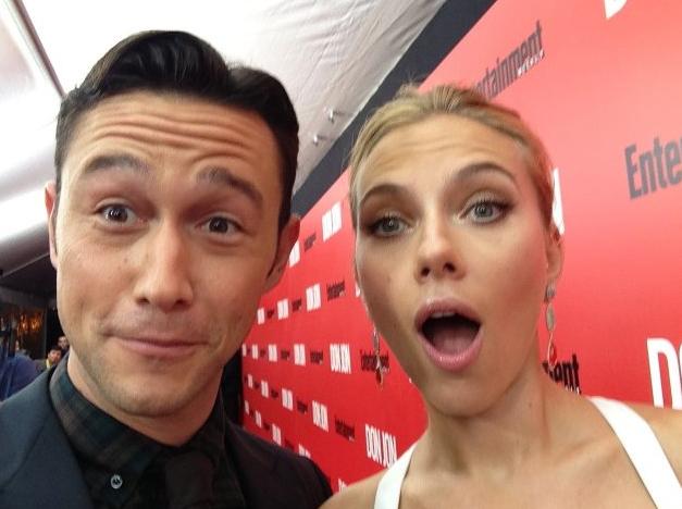 Joshep Gordon-Levitt y Scarlett Johansson, selfie en la alfombra roja